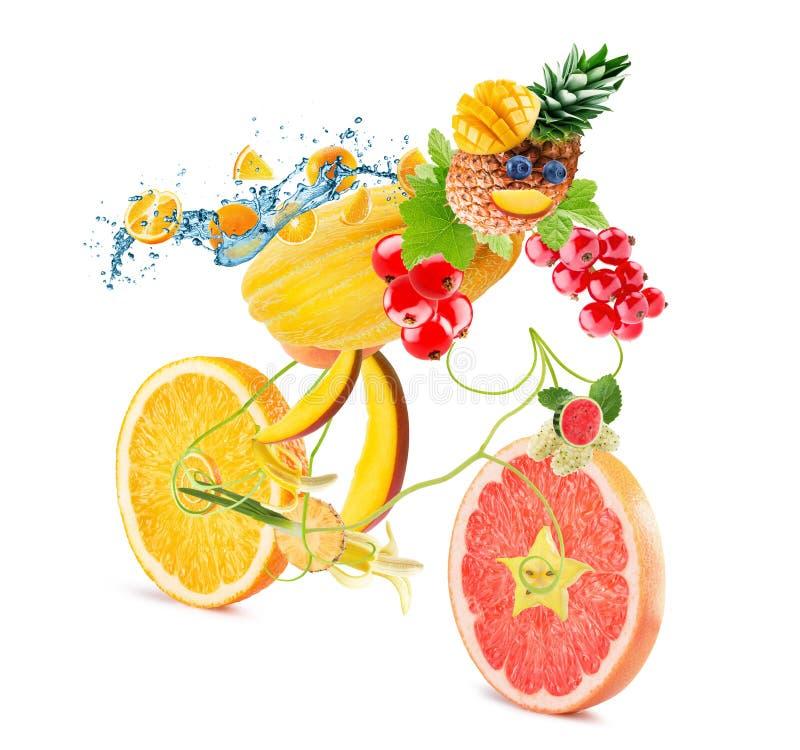 Lebensmittelfahrrad mit Radfahrer mit Früchten auf weißem Hintergrund lizenzfreie stockbilder