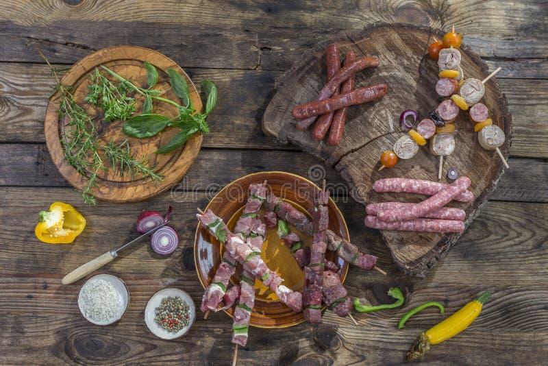 Lebensmittelfleisch des verschiedenen Grills Bbq-Partei Fest Zusammenstellung rohes, auf hölzernem Schneidebrett der Platten und  lizenzfreie stockfotos
