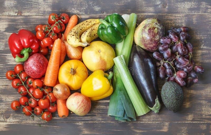 Lebensmittelfotos mit Obst und Gemüse in einem Regenbogenplan lizenzfreie stockbilder