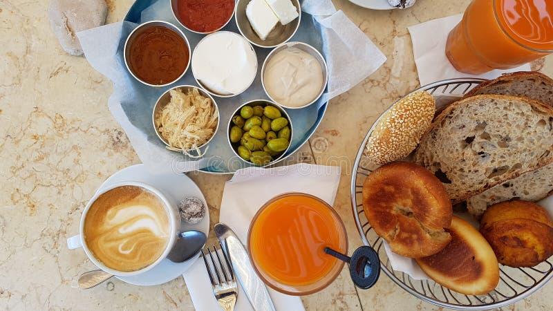 Lebensmittelfrucht-Brotkaffee köstlichen Israel-Frühstücks gesunder lizenzfreies stockbild