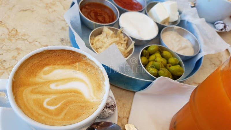 Lebensmittelfrucht-Brotkaffee köstlichen Israel-Frühstücks gesunder stockfotos