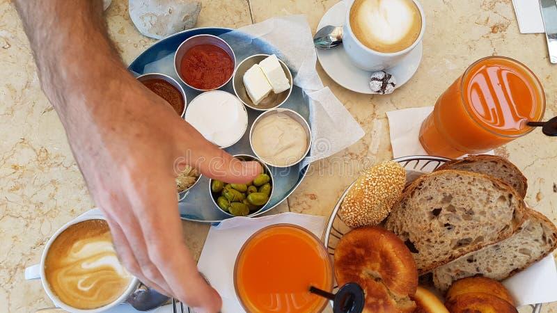 Lebensmittelfrucht-Brotkaffee köstlichen Israel-Frühstücks gesunder lizenzfreies stockfoto