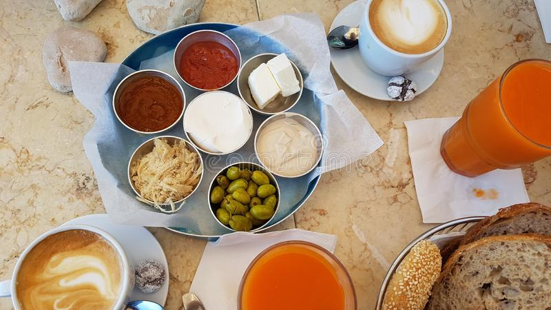 Lebensmittelfruchtbrot-Kaffee Morgen köstlichen Israel-Frühstücks gesunder stockfotos