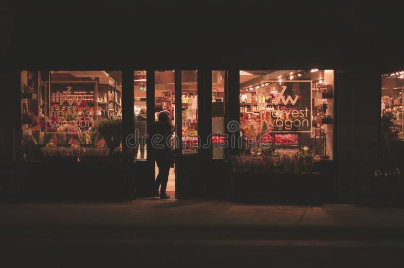 Lebensmittelgeschäft an der Nachttapete lizenzfreies stockfoto