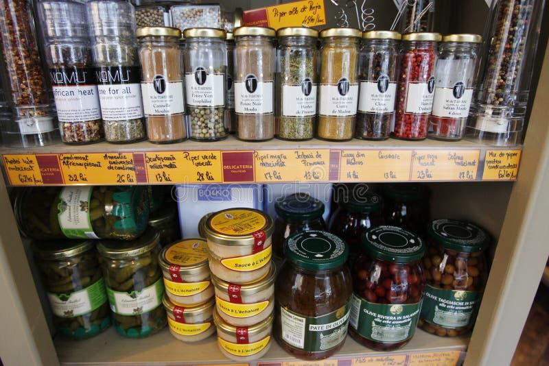 Lebensmittelgeschäfte auf Regalen stockfotografie