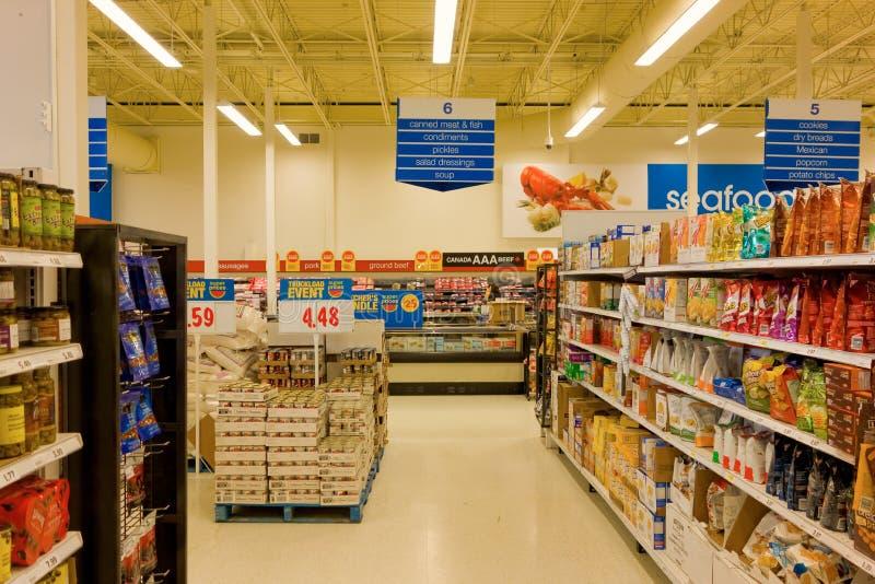 Lebensmittelgeschäfte für Verkauf an einem großen Supermarkt stockbilder