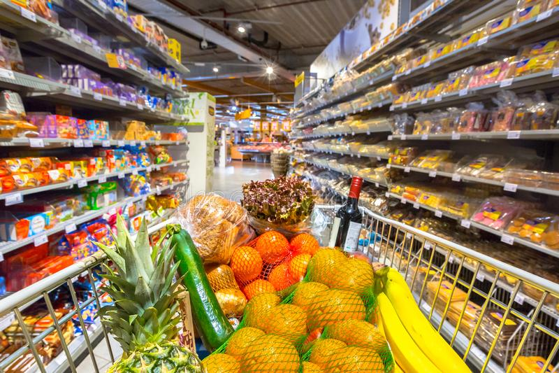 Lebensmittelgesch?ftwagen im Supermarkt stockbild