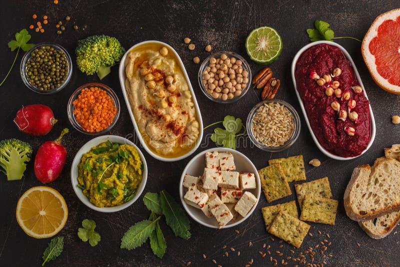 Lebensmittelhintergrund des strengen Vegetariers Vegetarische Snäcke: hummus, Rote-Bete-Wurzeln hummu stockbilder