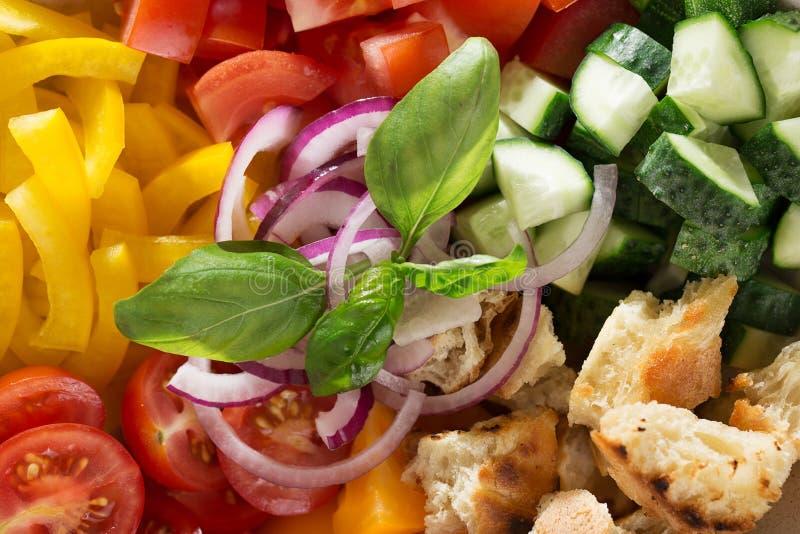 Lebensmittelhintergrund mit Bestandteilen für Mittelmeersalat panzanella lizenzfreie stockfotos