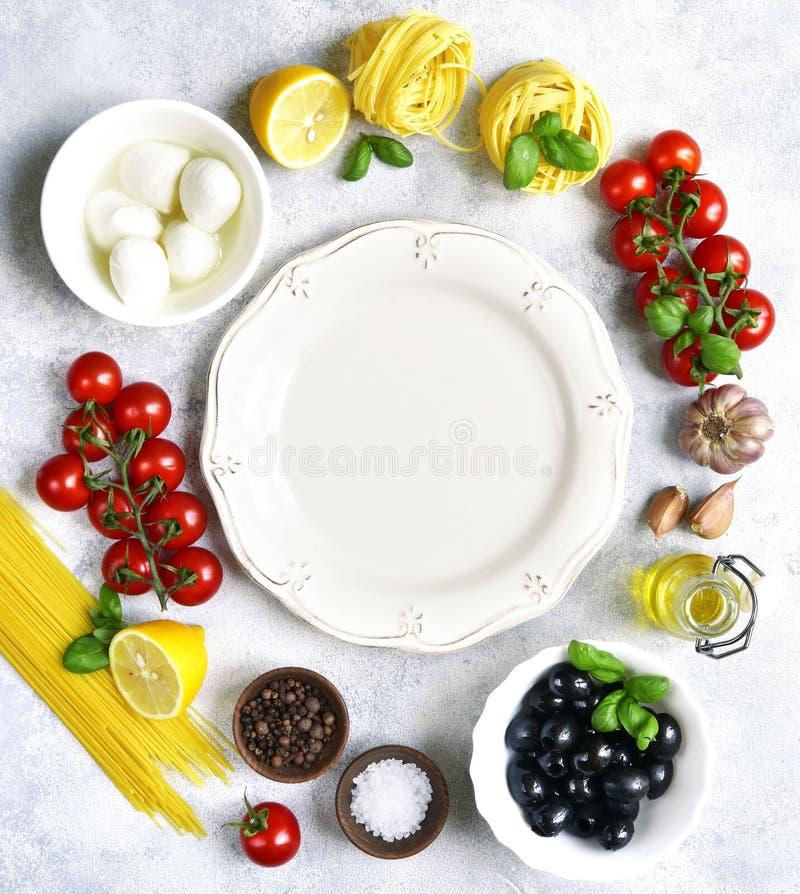 Lebensmittelhintergrund mit traditionellen Bestandteilen von Mittelmeercu stockfotografie