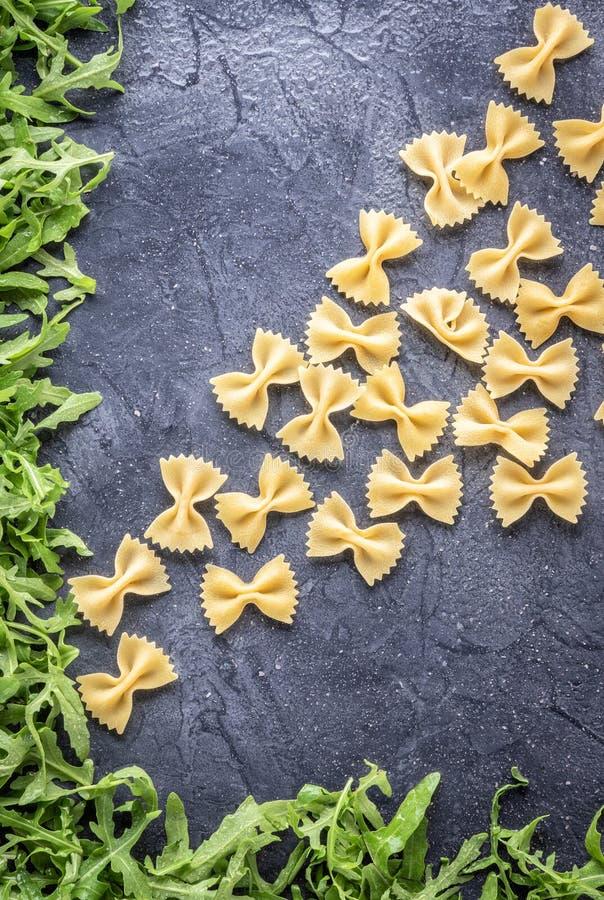 Lebensmittelhintergrund ungekochtes Teigwaren-Makkaroni Farfalle lizenzfreie stockfotografie