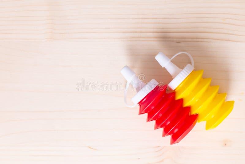 Lebensmittelhintergrundtomaten-ketchup- und -senfquetschflaschen auf wo lizenzfreie stockbilder