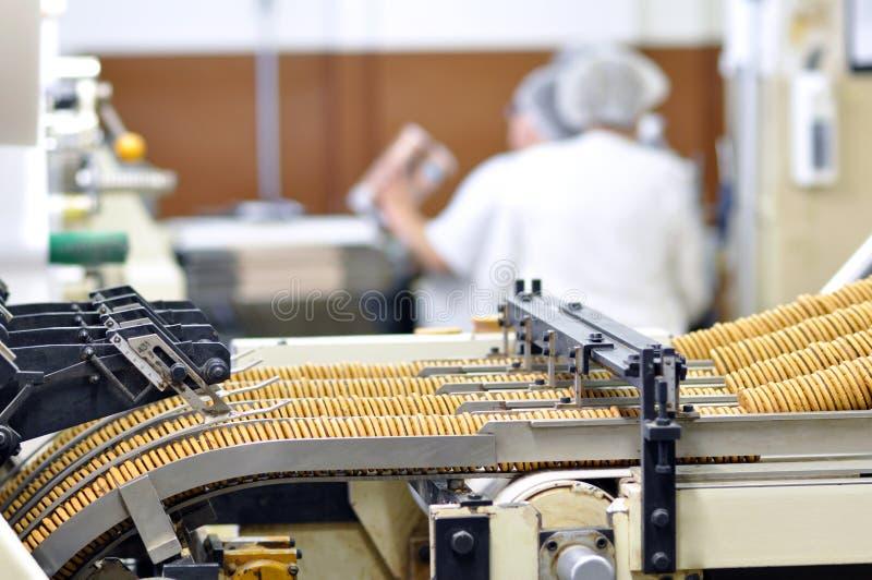 Lebensmittelindustrie - Keksproduktion in einer Fabrik auf einem Förderer ist lizenzfreie stockbilder