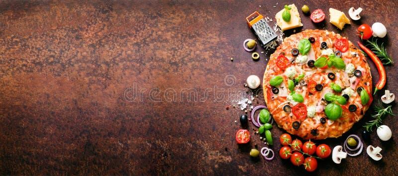 Lebensmittelinhaltsstoffe und Gewürze für das Kochen der köstlichen italienischen Pizza Pilze, Tomaten, Käse, Zwiebel, Öl, Pfeffe lizenzfreie stockbilder