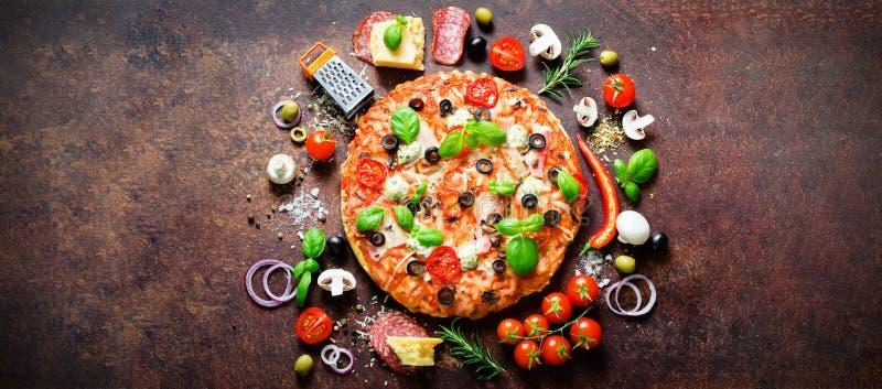 Lebensmittelinhaltsstoffe und Gewürze für das Kochen der köstlichen italienischen Pizza Pilze, Tomaten, Käse, Zwiebel, Öl, Pfeffe stockbilder
