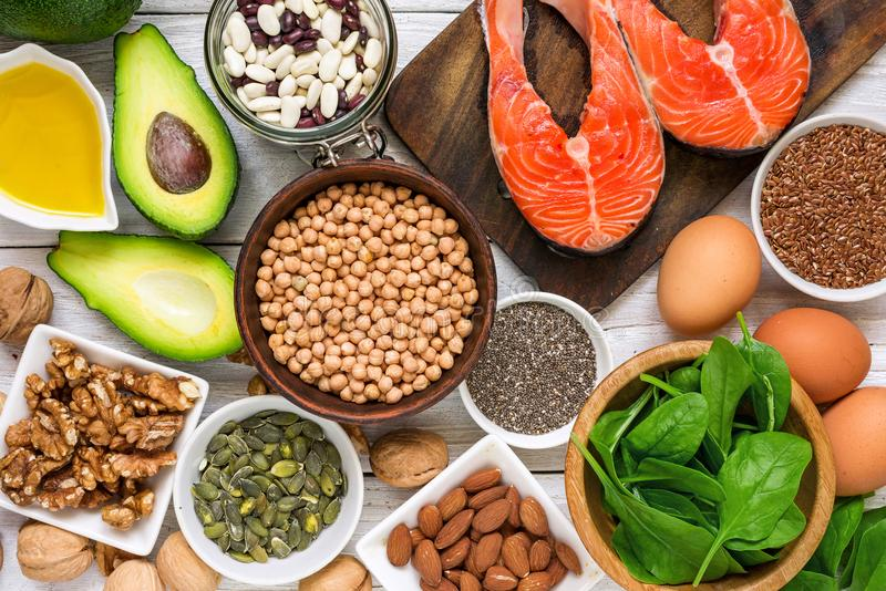 Lebensmittelreiche in Fettsäure Omegas 3 und in den gesunden Fetten Essenkonzept der gesunden Diät