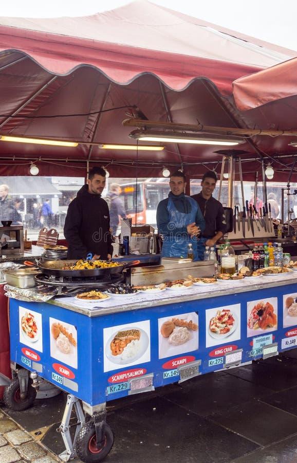 Lebensmittelstall an Bergen-Markt lizenzfreies stockbild