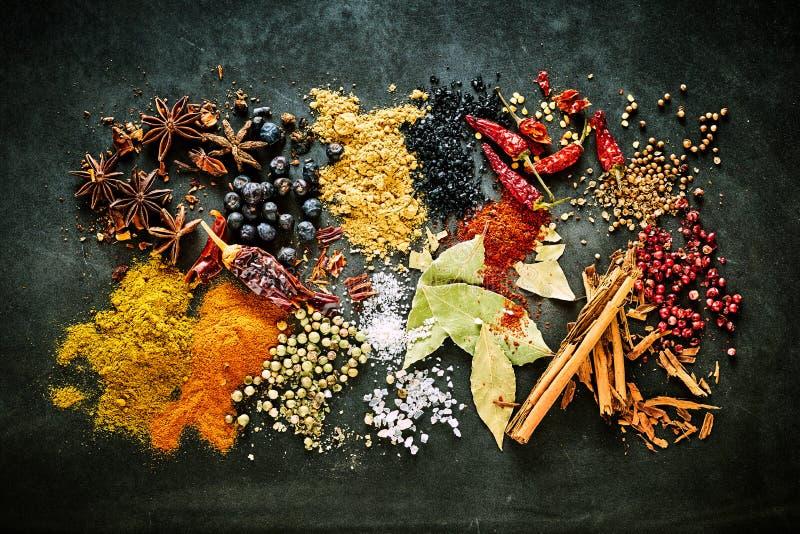Lebensmittelstillleben von aromatischen und scharfen Gewürzen lizenzfreies stockfoto