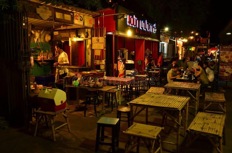 Lebensmittelstraße im Nachtmarkt stockbild