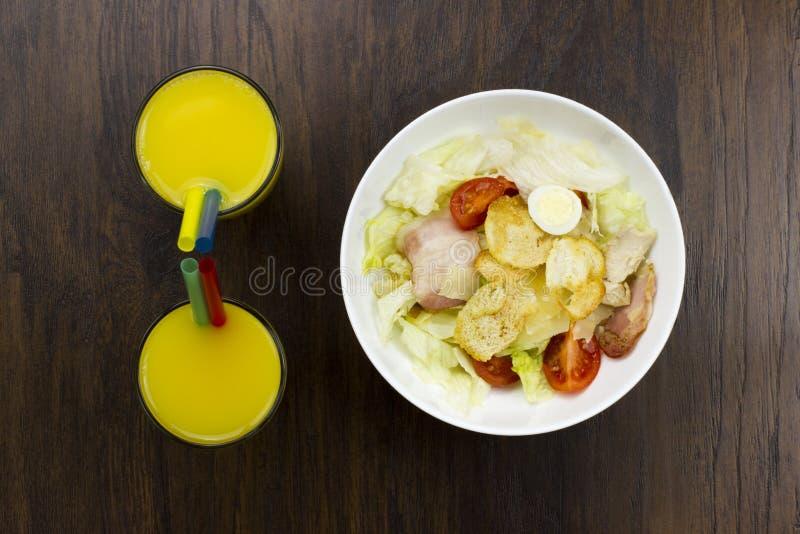 Lebensmitteltomatencroutons Parmesankäseparmesankäse des Orangensaftes Caesar-Salats köstlicher gesunder und frischer Mozzarella  lizenzfreie stockbilder