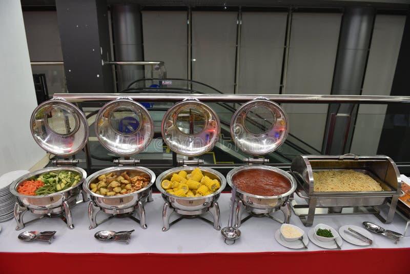 Lebensmittelverpflegung in der Buffetart am thailändischen Restaurant lizenzfreie stockbilder