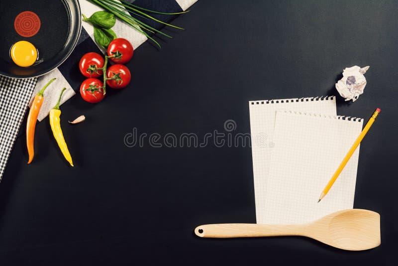 Lebensmittelzubereitungshintergrund mit Teigwarenbestandteilen Beschneidungspfad eingeschlossen stockfotos