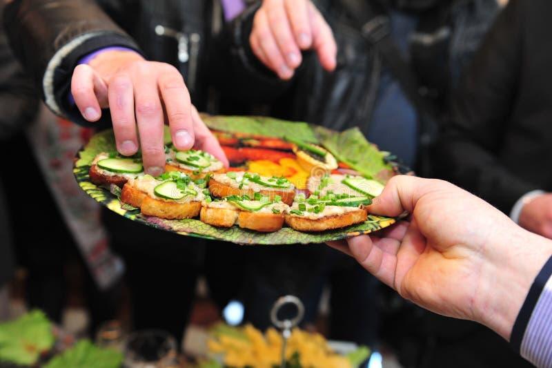 Lebensmittelzubereitungsverpflegung an der Hochzeit im Freien lizenzfreies stockfoto