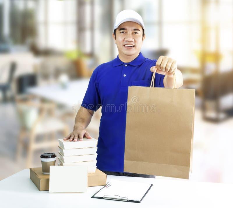 LebensmittelZustelldienst oder Bestellungslebensmittel online Mann, der Papierba hält stockfotografie