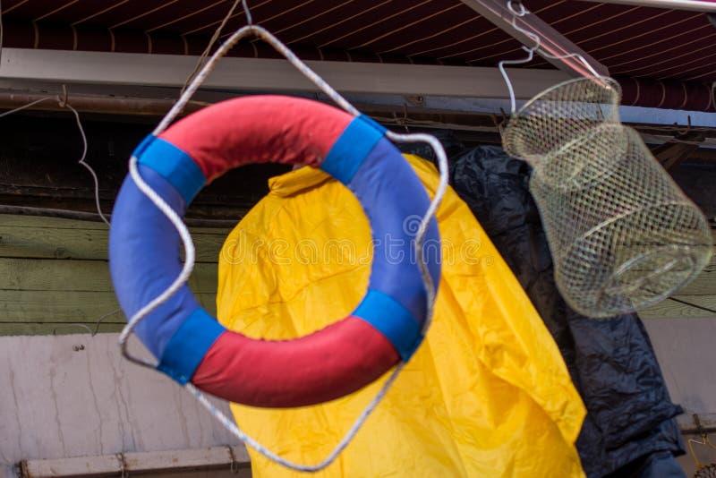 Lebensretter oder Schwimmweste mit Seil herum stockfotografie