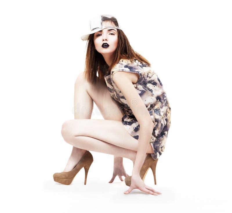 Lebensstil. Bezaubernd. Geschickte ultramoderne Frau, die in den Fersen sitzt. Mode u. Zauber lizenzfreies stockfoto