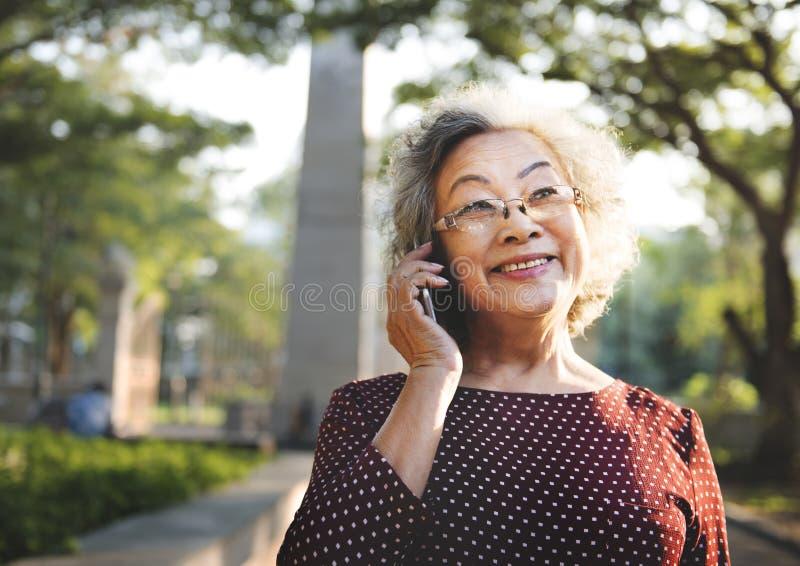 Lebensstil einer älteren Asiatin lizenzfreies stockfoto