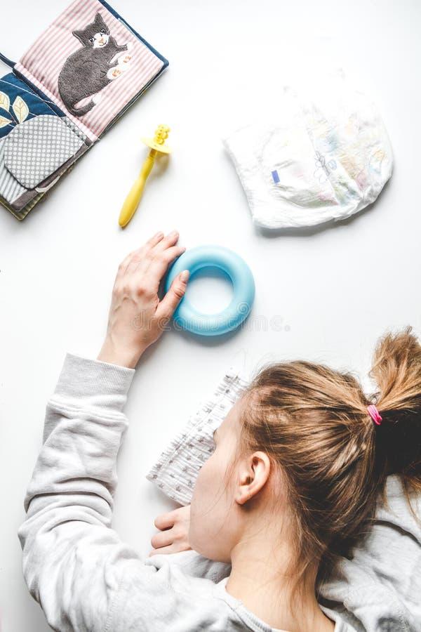 Lebensstil ermüdete Draufsicht der Mutter über weißen Hintergrund stockbilder