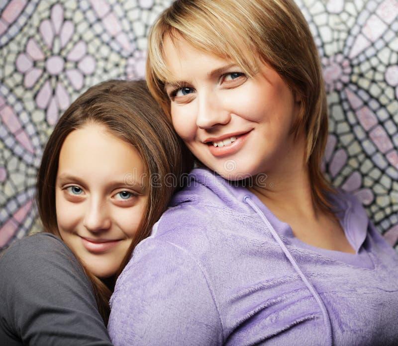 Lebensstil-, Familien- und Leutekonzept: Frau und ihre Tochter lizenzfreies stockbild