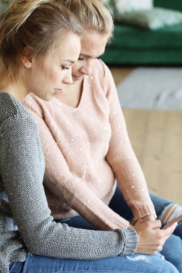 Lebensstil-, Familien- und Leutekonzept: Glückliche junge Frau und ihre Mutter zu Hause, glückliche Familie stockfoto