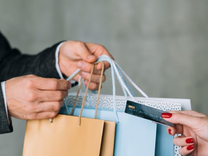 LEBENSSTIL-Frauenkreditkarte des Speichers weibliche Einkaufs stockbilder