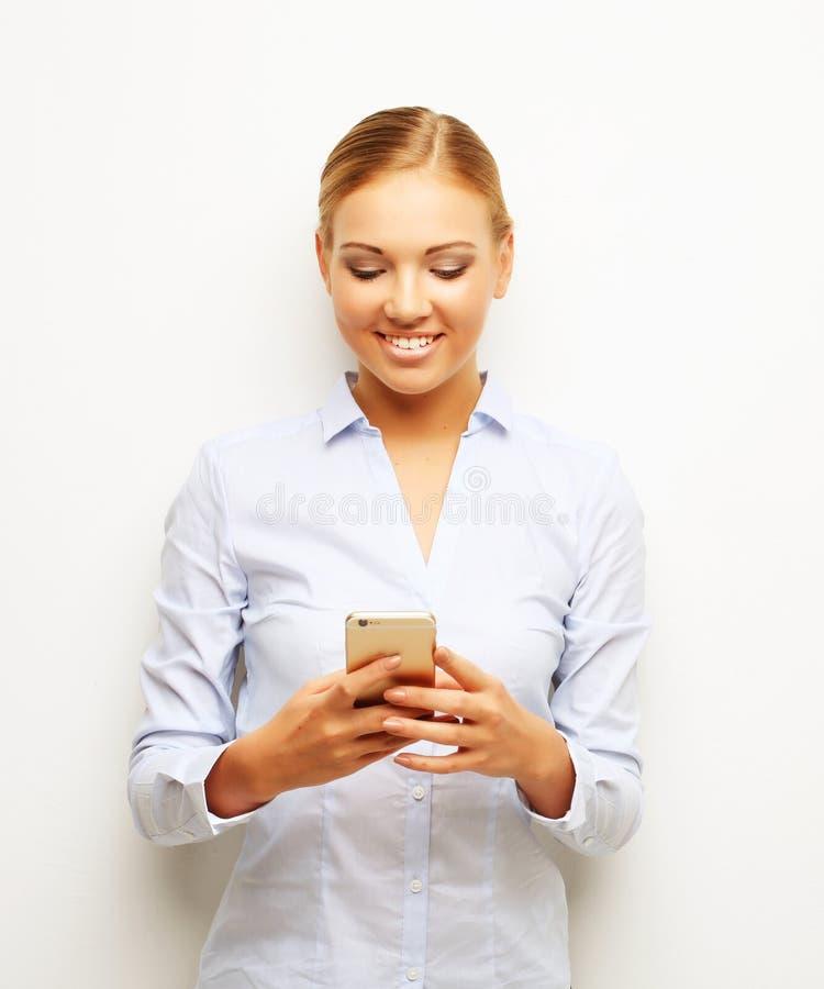Lebensstil, Geschäft und Leutekonzept: Porträt der lächelnden Geschäftsfrau-Telefonunterhaltung stockfoto
