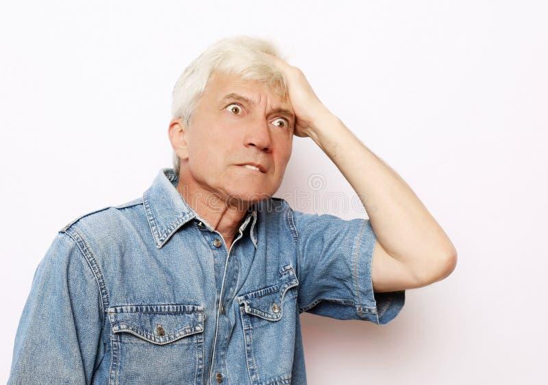 Lebensstil, Gesundheit und Leutekonzept: Älterer Mann hat Kopfschmerzen lizenzfreies stockbild