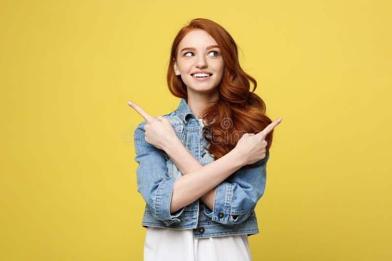 Lebensstil-Konzept: Glückliches aufgeregtes cuacaisan touristisches Mädchen, das Finger auf Kopienraum auf goldenem Gelb zeigt lizenzfreies stockbild