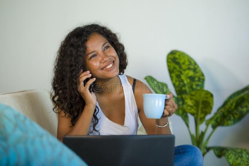 Lebensstil lokalisierte Porträt der jungen glücklichen und herrlichen schwarzen lateinamerikanischen Frau, die am Handy beim Arbe lizenzfreie stockfotos
