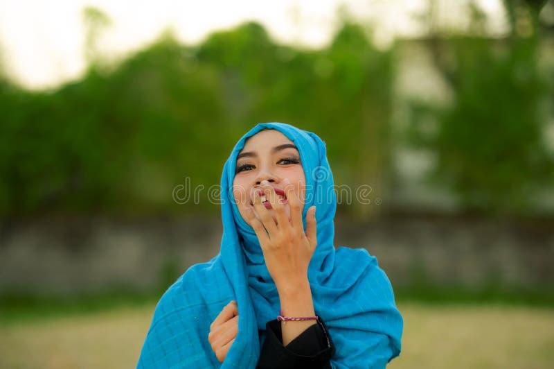 Lebensstil lokalisierte Porträt der jungen schönen und glücklichen Asiatin hijab im moslemischen Kopftuchlachen schüchtern und sp lizenzfreie stockfotos