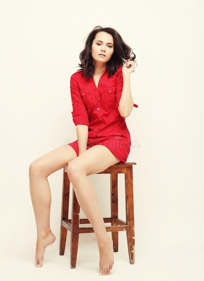 Lebensstil, Mode und Leutekonzept: junge Frau, die rotes d trägt lizenzfreie stockbilder