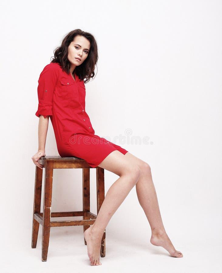 Lebensstil, Mode und Leutekonzept: junge Frau, die rotes d trägt lizenzfreies stockbild