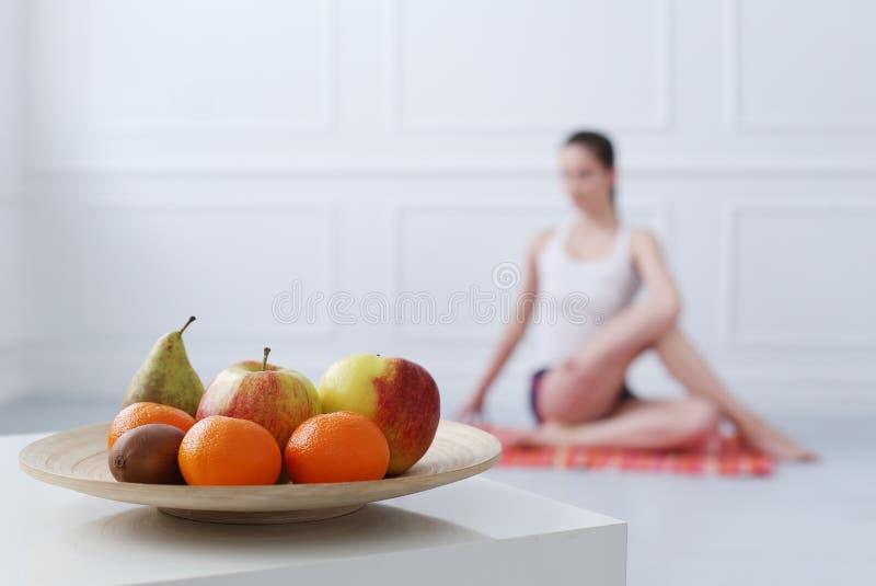 lebensstil Schönes Mädchen während der Yogaübung stockfotos
