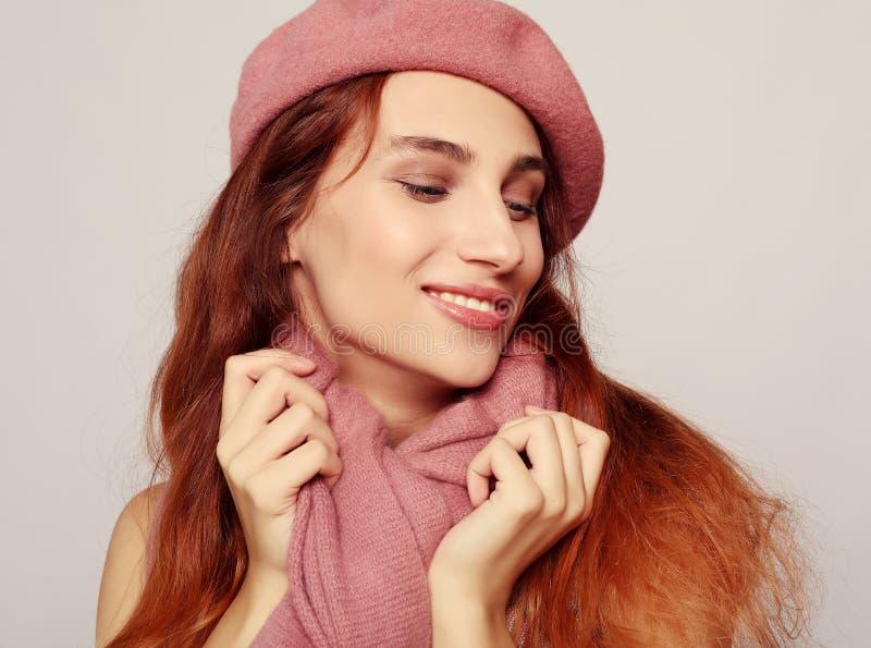 Lebensstil, Schönheit und Leutekonzept: Schönheit redhair Mädchen, das rosa Barett trägt lizenzfreies stockfoto