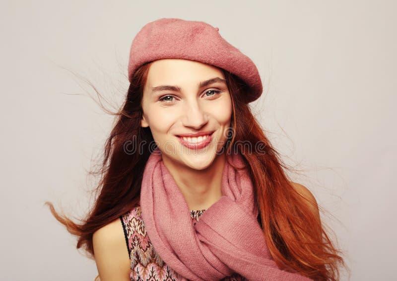 Lebensstil, Sch?nheit und Leutekonzept: Sch?nheit redhair M?dchen, das rosa Barett tr?gt lizenzfreies stockfoto