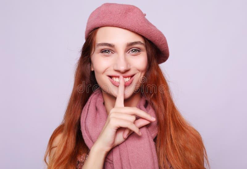 Lebensstil, Sch?nheit und Leutekonzept: Sch?nheit redhair M?dchen, das rosa Barett tr?gt stockbild