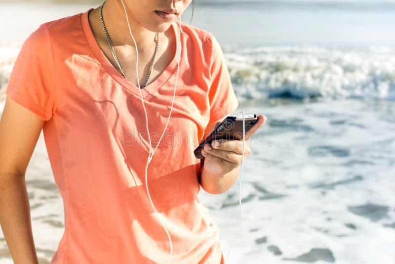 Lebensstil-Smartphone-Technologie-Benutzer, der Ferien genießt stockfotografie