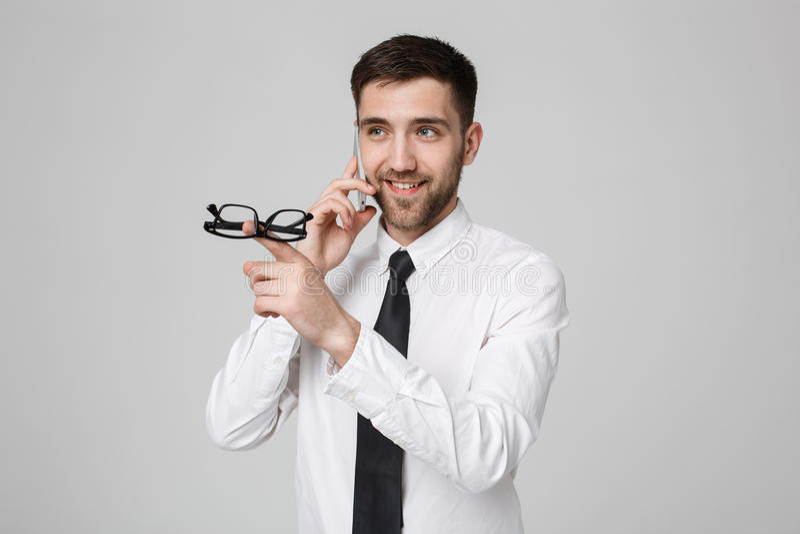 Lebensstil und Geschäfts-Konzept - Porträt eines hübschen Geschäftsmannes genießen, mit Handy zu sprechen Lokalisierter weißer Hi lizenzfreies stockfoto
