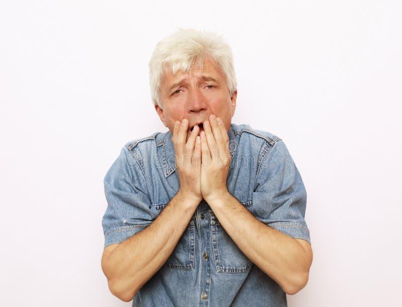 Lebensstil und Leutekonzept: der alte Mann wurde sehr erschrocken stockfotos