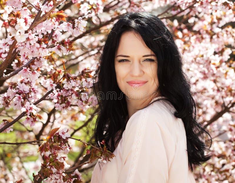 Lebensstil und Leutekonzept: Frühlings-Sommertag der jungen Frau glücklicher lächelnder genießender lizenzfreies stockbild